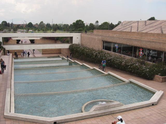 ヴィルヒリオ・パルコ公立図書館(プール)